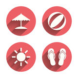 Icone di feste della spiaggia Ombrello e sandali Fotografia Stock Libera da Diritti