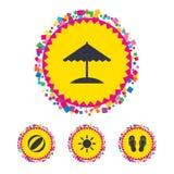 Icone di feste della spiaggia Ombrello e sandali Fotografia Stock