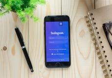 Icone di Instagram dello schermo di connessione su Apple iPhone7 Fotografie Stock Libere da Diritti