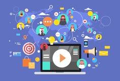 Icone di Media Communication del sociale con i collegamenti musulmani della gente sopra il computer portatile del fondo della map Immagini Stock Libere da Diritti