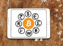 Icone di valute del mondo con il bitcoin di cryptocurrency Fotografia Stock