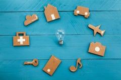 Icone di web del cartone e lampadina su fondo blu Fotografia Stock Libera da Diritti