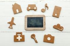 Icone di web del cartone e una vecchia lavagna su fondo bianco Fotografia Stock