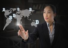 Icone grafiche del bitcoin commovente della donna di affari sulla mappa di mondo Fotografia Stock Libera da Diritti