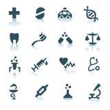 Icone grige della medicina su priorità bassa bianca Fotografia Stock