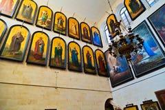 Icone nella chiesa ortodossa russa della st Alexander Nevsky dentro Immagine Stock