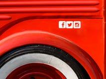 Icone sociali di media di Facebook, di Twitter e di Instagram sul fondo rosso del metallo Fotografie Stock Libere da Diritti