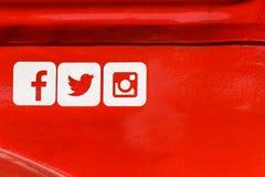 Icone sociali di media di Facebook, di Twitter e di Instagram sul fondo rosso del metallo Fotografia Stock Libera da Diritti