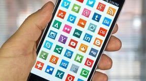 Icone sui media sociali su uno schermo Fotografie Stock
