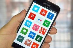 Icone sui media sociali su uno schermo Fotografia Stock