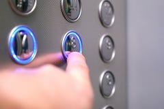Icone tattili della cifra per il cieco Bottoni dell'elevatore Suono di notifica di voce per i ciechi Primo piano del fuoco selett fotografie stock