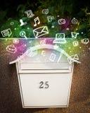 Icone variopinte e simboli che scoppiano da una cassetta delle lettere Fotografia Stock
