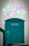 Icone variopinte e simboli che scoppiano da una cassetta delle lettere Immagini Stock