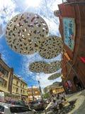 Iconic abstrakt cirkelskulpturkonstverk som hänger ovanför en trottoar på framme av den Haymarket köpcentret nära den Kina staden Royaltyfria Bilder