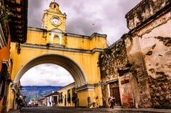 Iconic båge, Antigua, Guatemala Royaltyfri Fotografi