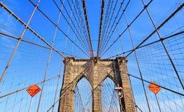 Iconic brooklyn brokonstruktion, båge och moderna modeller mot blå himmel i Manhattan, Ney York arkivfoton