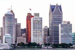 Iconic byggnader som fodrar den Detroit River stranden Royaltyfria Bilder