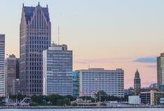 Iconic Detroit strand Builidings längs Detroitet River på skymning Fotografering för Bildbyråer
