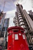 Iconic röd brittisk stolpeask arkivbilder
