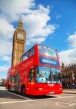 Iconic röd buss för dubbel däckare i London, UK Arkivbild