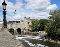 Iconic sikt av den Pulteney bron och dammbyggnaden i badet England arkivfoto