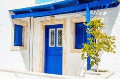 Iconic sikt på träblåa dörrar och fönster med skugga från roo Arkivbild