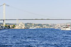 Iconic skott av den Istanbul Bosphorus bron, den Ortakoy moskén och skeppet royaltyfria foton