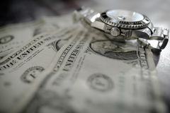 Iconic tillverkade schweizaren klockan för dykning för man` som s den automatiska sågs på använda dollarräkningar arkivbilder