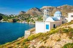 Iconic vitkyrka med blåa kupoler, Grekland Fotografering för Bildbyråer