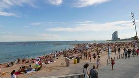 Iconisch Barceloneta overvol strand en w-Hotelpanorama, Barcelona stock videobeelden
