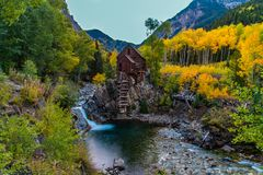 Iconisch Crystal Mill During Fall Colors stock foto's