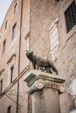 Iconisch die standbeeld van de legende van Romulus en Remus door de wolf in Rome wordt gevoed stock fotografie