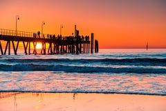 Iconisch Glenelg-Strand met vage pier bij zonsondergang stock foto