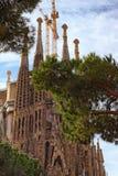 Iconisch oriëntatiepunt in Barcelona Kerk van de Heilige Familie die door kranen wordt omringd stock afbeeldingen