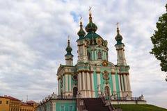 Iconisch oriëntatiepunt van Kyiv De middeleeuwse Kerk van Heilige Andrew in historisch deel van de stad De mening van de de lente royalty-vrije stock afbeeldingen