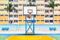 Iconisch schot van Hong Kong-basketbalhof met palmen en de kleurrijke landgoedbouw royalty-vrije stock afbeelding