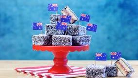 Iconisch traditioneel Australisch partijvoedsel, Lamington-cakes royalty-vrije stock foto