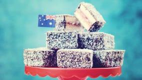 Iconisch traditioneel Australisch partijvoedsel, Lamington-cakes, wijnoogst stock afbeeldingen