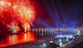 Iconische en adembenemende vuurwerkvertoning op Copacabana-Strand, Rio de Janeiro, Brazilië stock fotografie