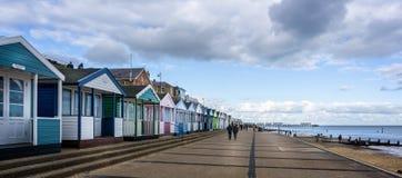 Iconische het strandhutten en pijler van Southwold tegen een dramatische hemel in Southwold, Suffolk, het UK stock afbeeldingen
