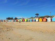 Iconische houten strandhutten op het strand van Brighton, Melbourne in de zomer mooie dag met blauwe hemel royalty-vrije stock afbeeldingen