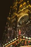 Iconische kaars bovenop het Kerstmischalet stock afbeelding