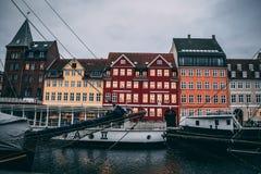 Iconische kleurrijke gebouwen Nyhavn Kopenhagen, Denemarken stock foto's