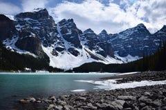Iconische Meermorene dichtbij Banff, Alberta Stock Afbeelding