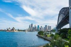 Iconische Mening van de baai van Sydney met Operahuis en Sydney Bridge, Australië stock foto's
