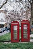 Iconische rode telefooncellen in Hampstead, Londen, het UK royalty-vrije stock foto's