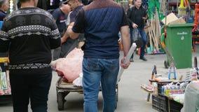 Iconische Taza-bazaar in centraal Baku het varkensvlees van de mensenkar stock video