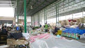 Iconische Taza-bazaar in centrale Baku die verse vruchten en groenten verkopen stock videobeelden