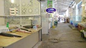 Iconische Taza-bazaar in centrale Baku het verkopen steur en zwarte kaviaar stock videobeelden