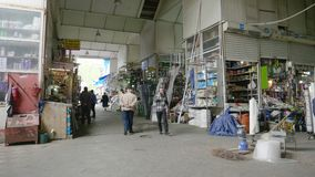 Iconische Taza-bazaar in centrale Baku mensen het winkelen huishoudengoederen stock footage